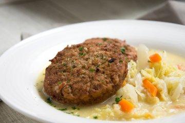 Buletten auf Möhren-Spitzkohl-Gemüse