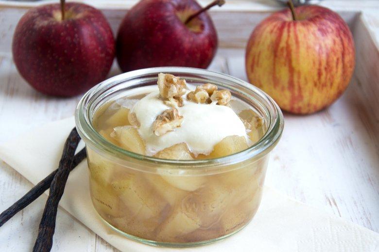 Apfel-Vanille-Dessert mit Walnüssen