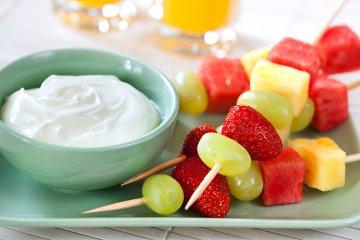 Obstspieß mit Joghurtdip