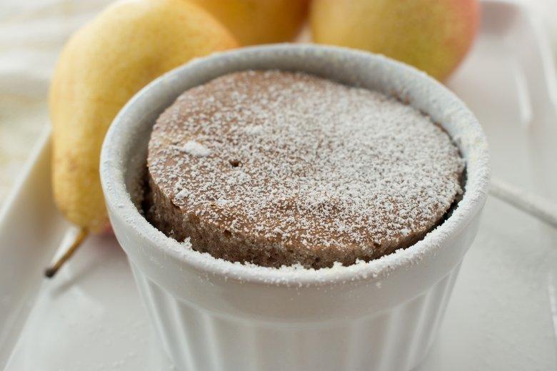 Schoko-Tassenkuchen mit Birnen