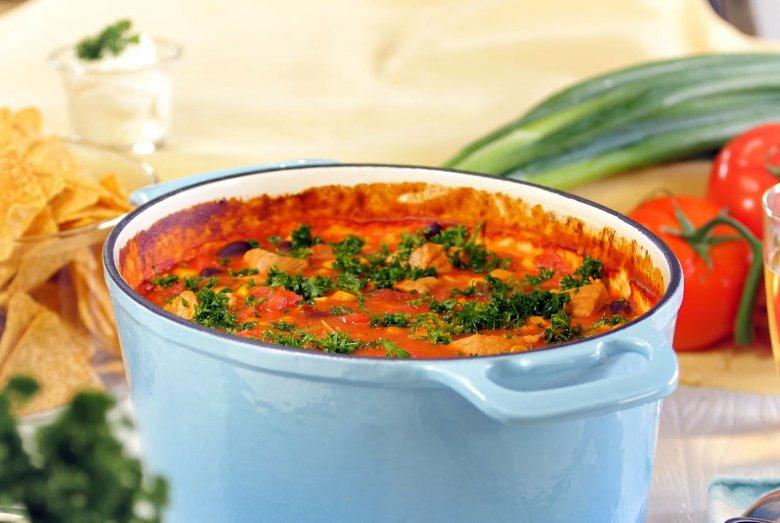 Feuriger Chilitopf aus dem Ofen