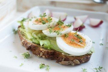 Schwarzbrot mit Kresse-Ei