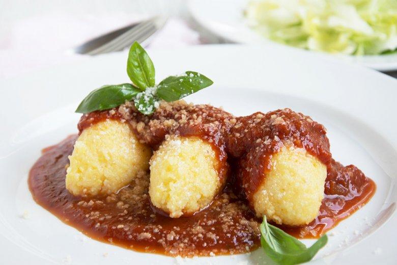 Polenta-Nocken mit Tomatensauce