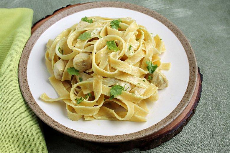 Pasta mit Huhn in Currysauce