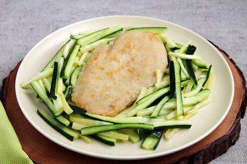 Gebratenes Hähnchenfilet auf Zucchinigemüse