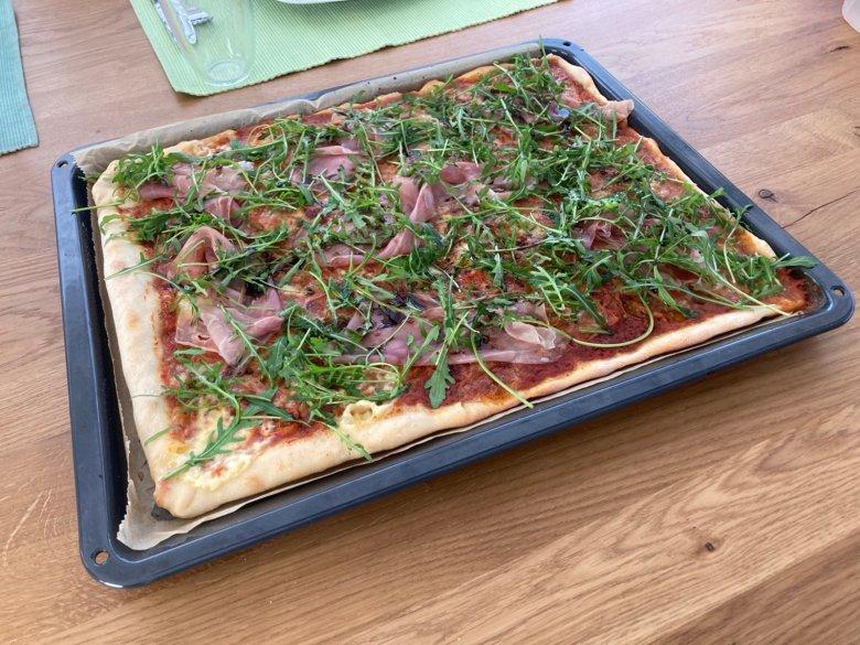 Pizza mit Rucola, Parmaschinken und Mozzarella
