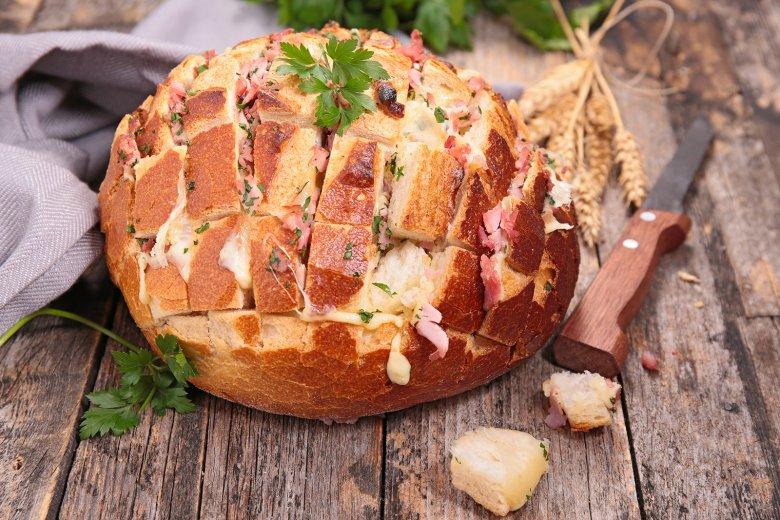 Einfaches Zupfbrot mit Schinken und Käse