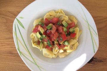 Tortellini mit Tomaten und Avocado