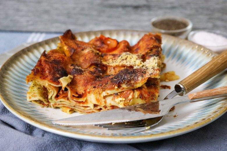 Einfache Lasagne mit Tomatensauce, Pesto und Feta