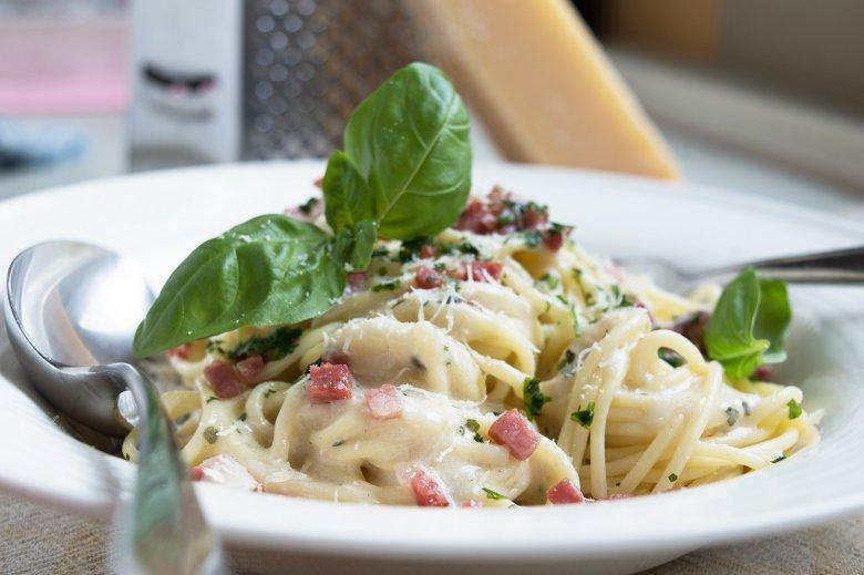 Spaghetti Carbonara mit Basilikum