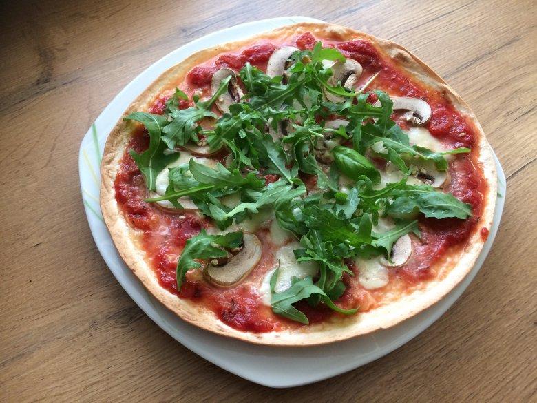 Hauchdünne Tortilla-Pizza mit Champignons
