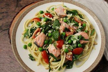 One Pot Pasta mit Lachs und Gemüse