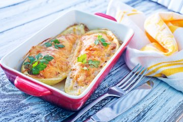 Überbackene Zucchini mit Paprika gefüllt