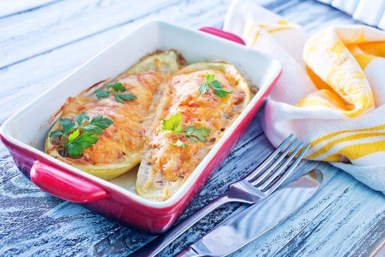 Zucchini mit Paprika gefüllt