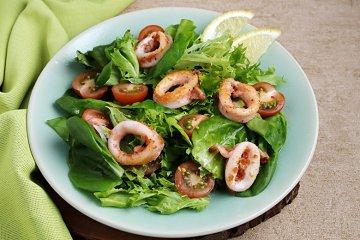 Gebratene Tintenfischringe mit Salat