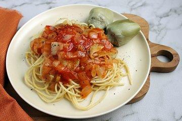 Spaghetti mit Artischockenherzen in Tomatensauce