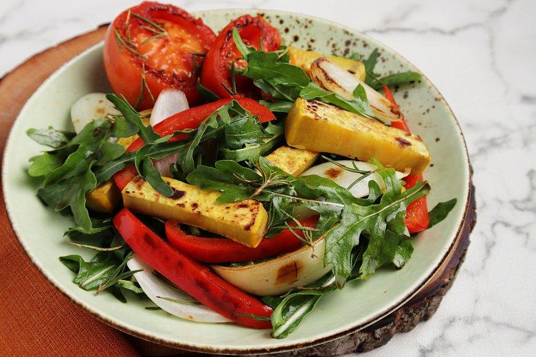 Frischer Salat mit geröstetem Gemüse