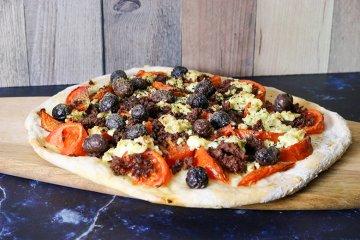 Kretanische Pizza mit Hackfleisch