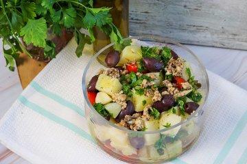 Kartoffelsalat mit Kapern und Oliven