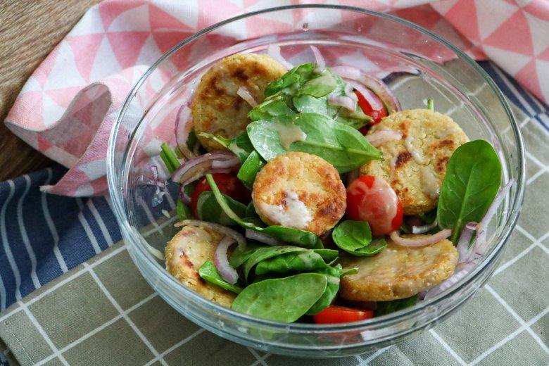 Kichererbsentaler an Spinatsalat