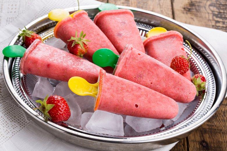 Fruchtiges Erdbeereis am Stiel