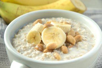 Banane-Erdnuss-Porridge