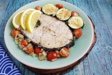 Kräuterfisch auf Tomaten-Gemüse