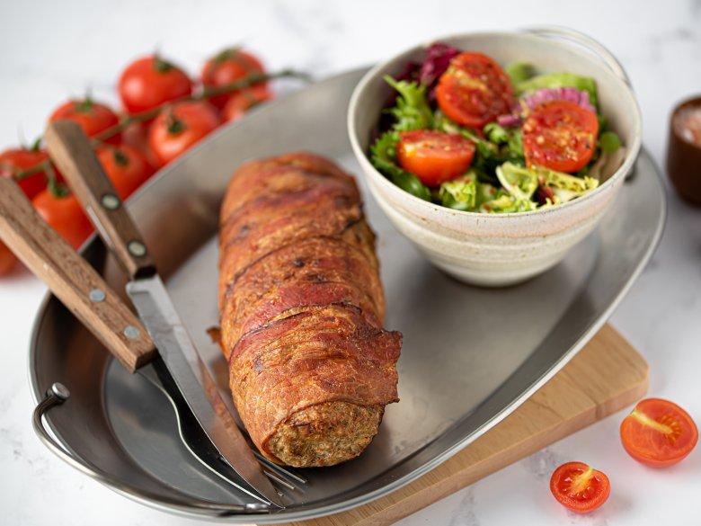 Bacon-Hackfleischrolle mit Schinken und Käse gefüllt