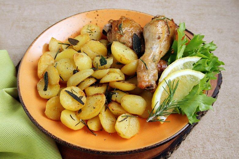 Hähnchenkeulen mit Honig und Kräuterkartoffeln