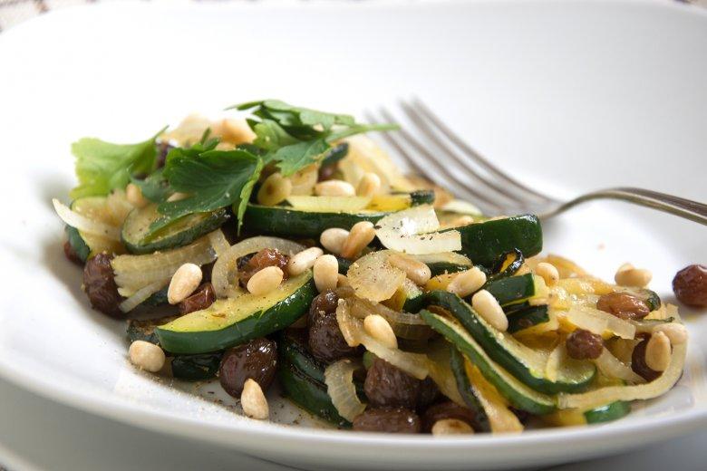 Gebratene Zucchini mit Rosinen