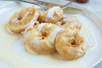 Apfel-Beignets auf Vanillesauce