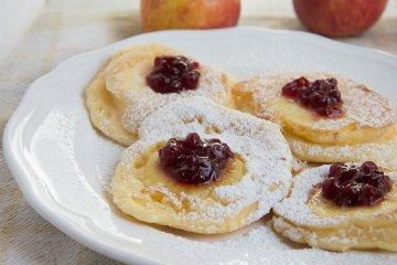 Kleine Apfel-Pfannkuchen mit Preiselbeeren