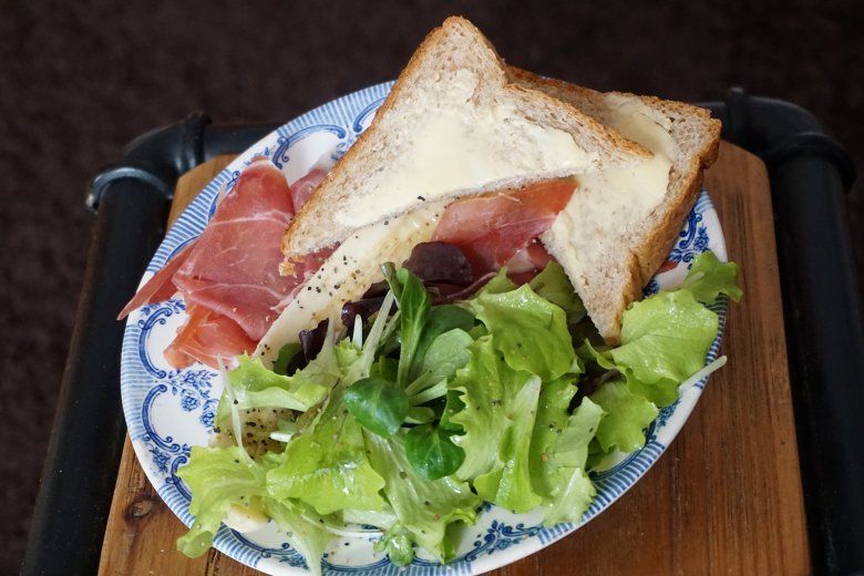 Bündnerfleisch mit Pfefferbananen auf Roggentoast