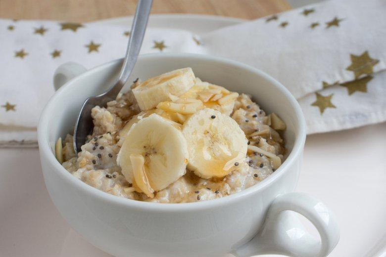 Porridge mit Bananen, Zimt und Ahornsirup