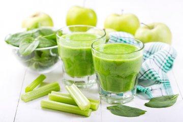 Grüner Smoothie mit Sellerie, Apfel und Spinat