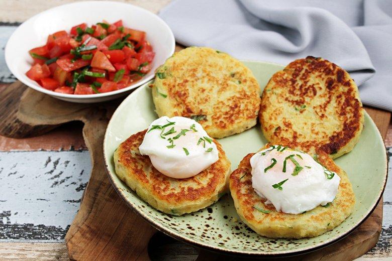 Kartoffelbratlinge mit pochiertem Ei und Tomatensalsa