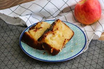 Apfelkuchen mit Honig und Limette