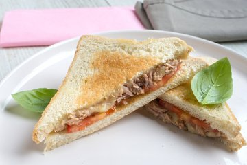 Thunfischtoast mit Käse und Tomaten