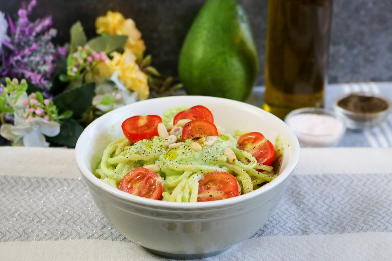 Vegane Avocadopasta mit Kirschtomaten
