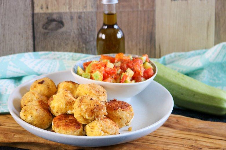 Manchego-Bällchen mit Tomaten-Zucchini-Dip