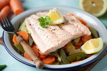 Lachs auf frischem Gemüse