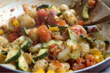 Bunte Gemüsepfanne mit Gnocchi