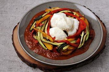 Burrata mit Paprika und Zucchini