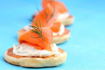 Kleine Pfannkuchen mit Lachs