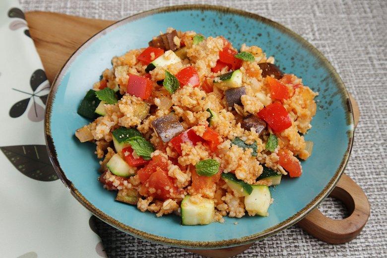 Vegane Couscouspfanne mit mediterranem Gemüse