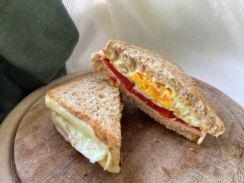 Grilled-Sandwich mit Spiegelei