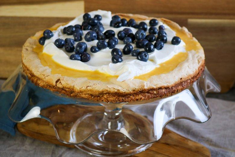 Meringue-Torte mit Blaubeeren und Lemon Curd