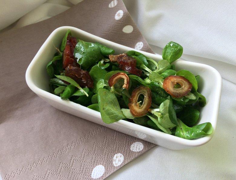Feldsalat mit Datteln