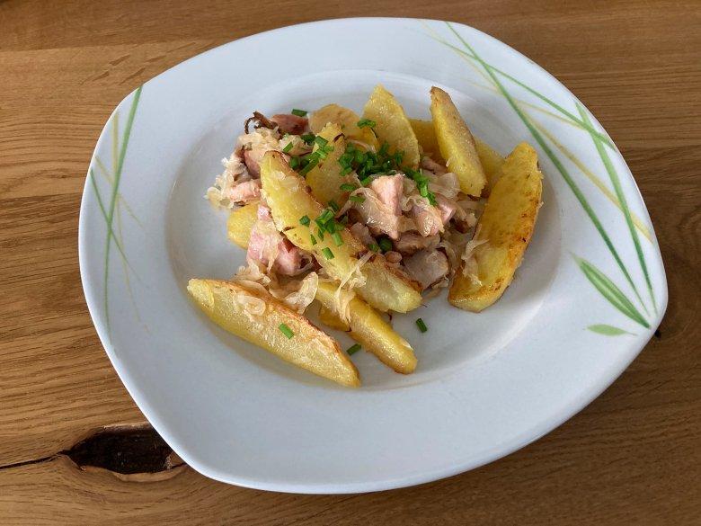 Kartoffelpfanne mit Sauerkraut und Kasseler