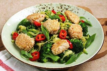 Sesam-Hähnchen an Zucchini-Nudeln